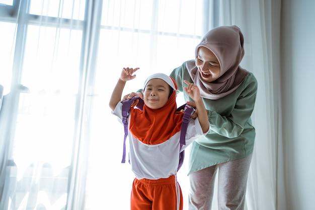 Moeder die haar dochter helpt die school voorbereidt