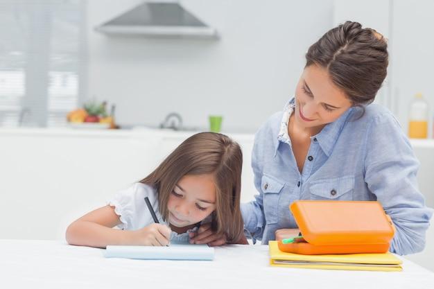 Moeder die haar dochtertekening bekijkt