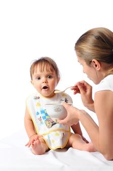 Moeder die haar kleine meisje voedt