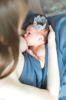 Moeder die haar pasgeboren baby de borst geeft