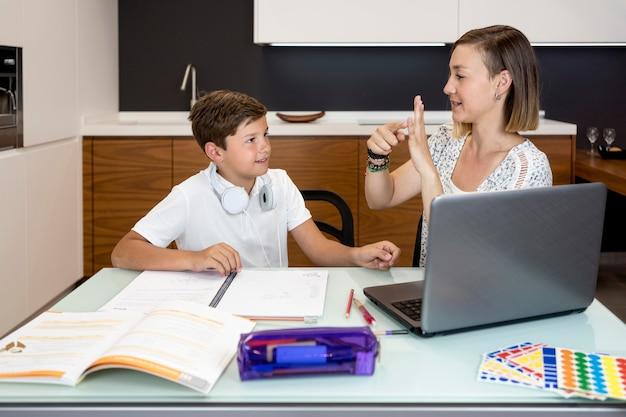 Moeder die haar zoon helpt om huiswerk af te maken