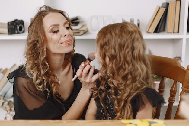Moeder die halloween-make-up aanbrengt