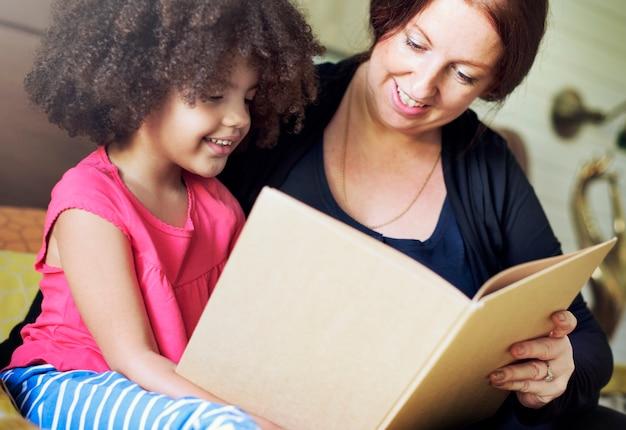 Moeder die met haar dochter leest