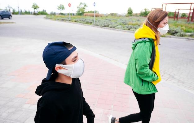 Moeder die met haar zoon op straat loopt