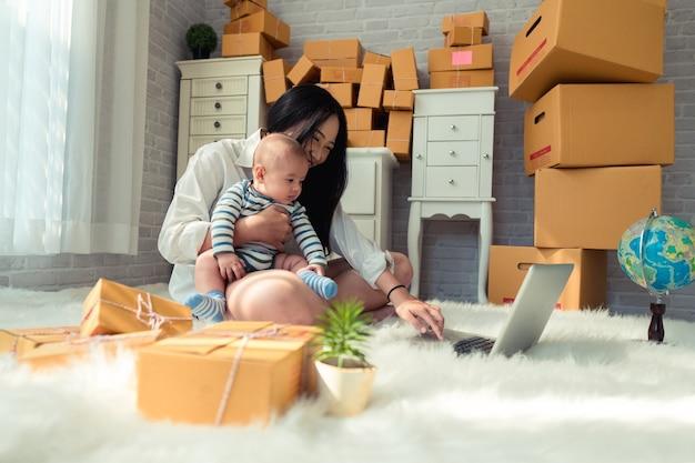 Moeder die met zoon werkt
