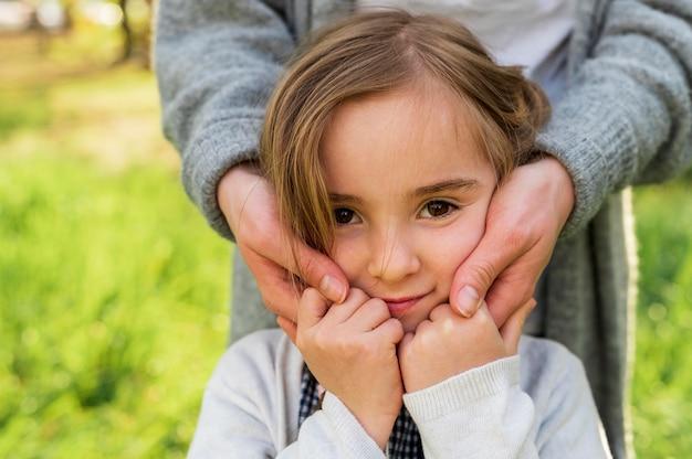 Moeder die onschuldig dochter vooraanzicht omhelst