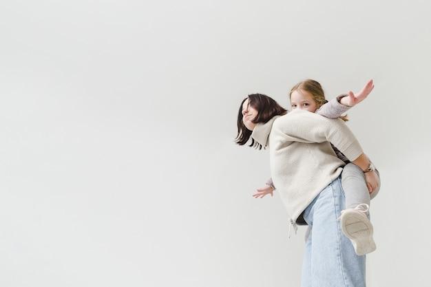 Moeder die op de rug een rit geeft