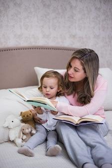 Moeder die samen met dochter leest