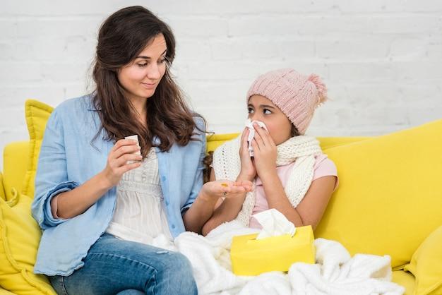 Moeder die voor haar kleine meisje zorgt
