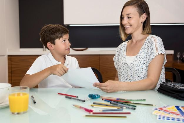 Moeder die zoon helpt met huiswerk