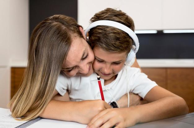 Moeder die zoon helpt met zijn huiswerk