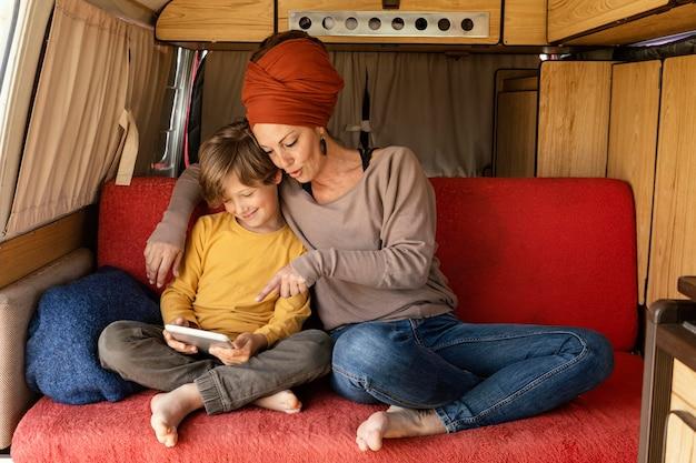 Moeder die zoon iets op tablet toont