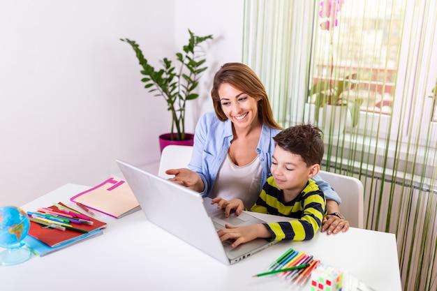 Moeder die zoon met huiswerk helpt