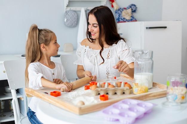 Moeder dochter onderwijzen hoe te koken