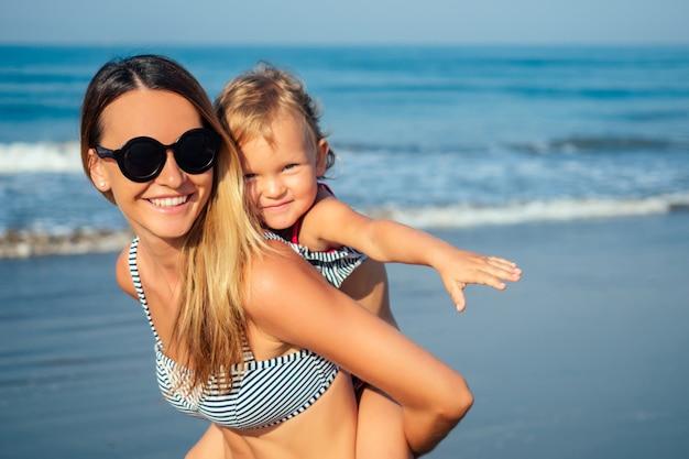 Moeder dochter plezier rusten op het strand.