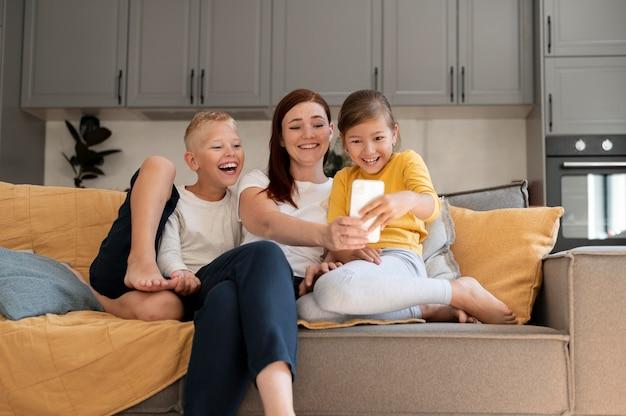 Moeder doet een familievideogesprek met haar kinderen