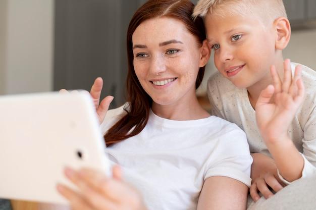 Moeder doet een familievideogesprek met haar zoon