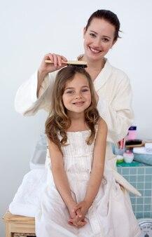 Moeder doet het haar van haar dochter