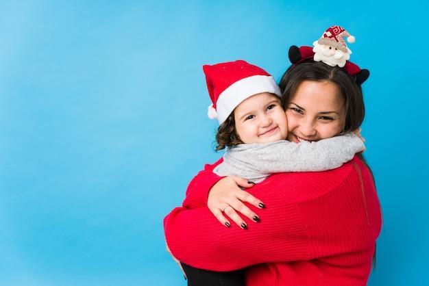 Moeder en baby die kerstmis van dag genieten