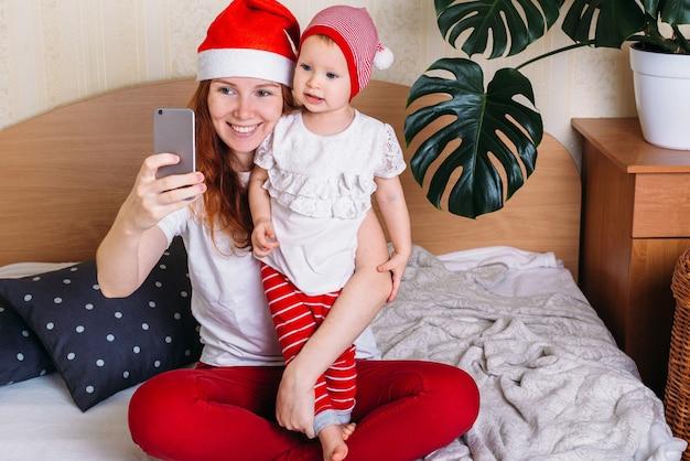 Moeder en baby die plezier hebben en thuis ontspannen
