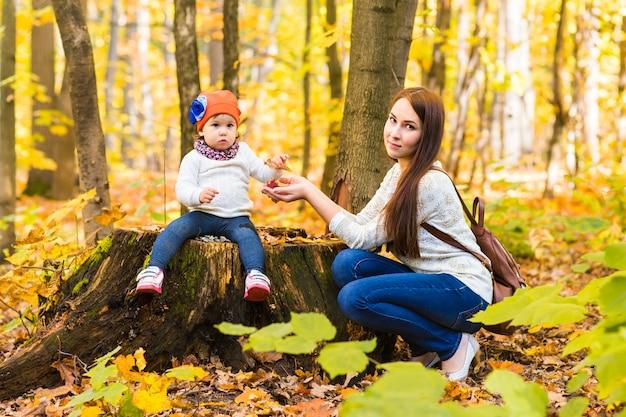 Moeder en baby ontspannen in het herfstpark
