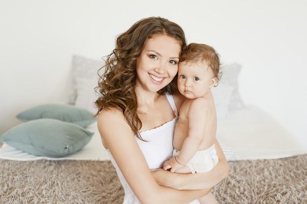 Moeder en baby op het bed