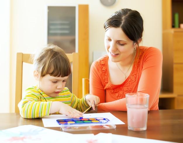 Moeder en baby tekenen op papier