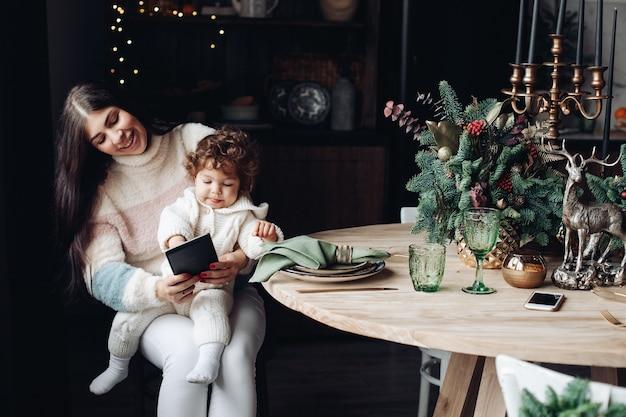Moeder en baby videobellen via tablet.
