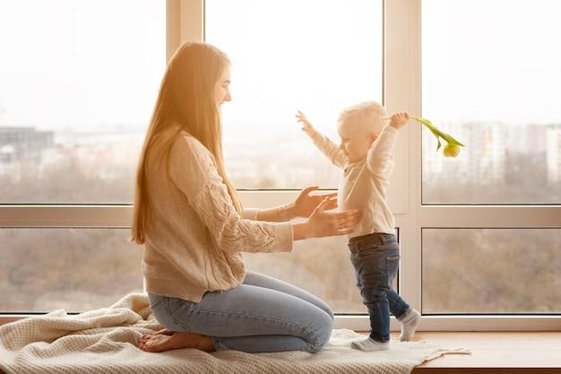 Moeder en babyjongen spelen