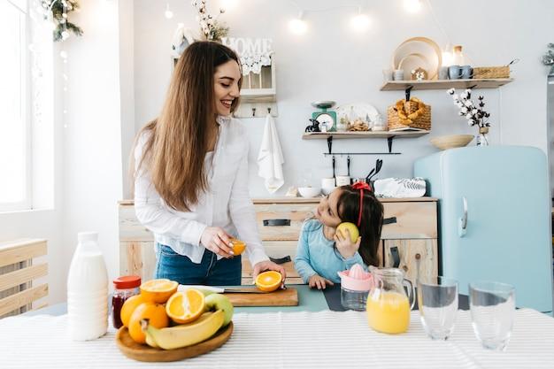 Moeder en dochter aan het ontbijt