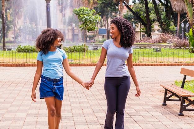 Moeder en dochter afro in het park. moederdag concept