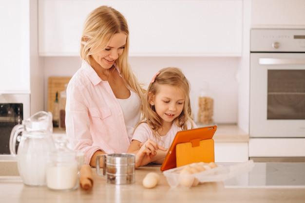 Moeder en dochter bakken in de keuken