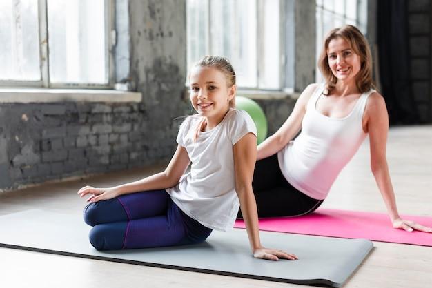 Moeder en dochter beoefenen van yoga
