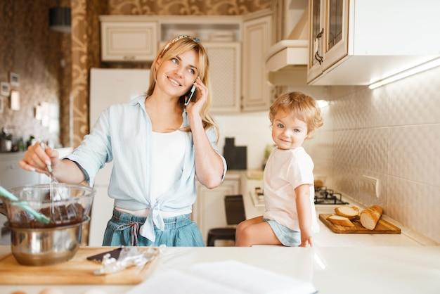Moeder en dochter bereiden gebak met chocolade