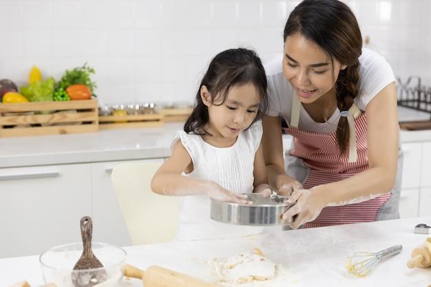 Moeder en dochter bereiden het deeg voor