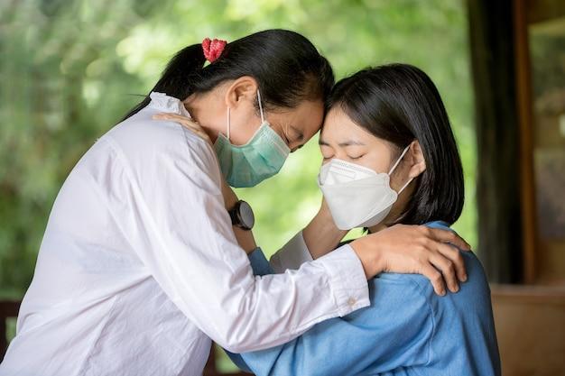 Moeder en dochter bidden om samen aan te moedigen en te ondersteunen.