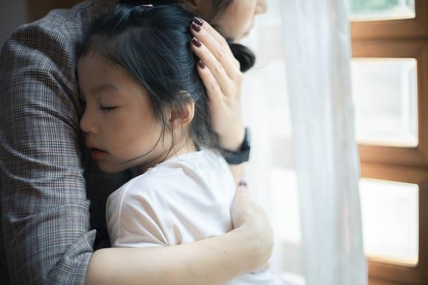 Moeder en dochter bidden om samen aan te moedigen en te ondersteunen