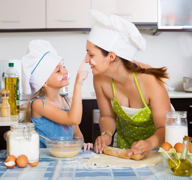 Moeder en dochter bladendeeg