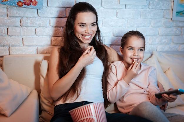 Moeder en dochter brengen samen thuis tijd door.