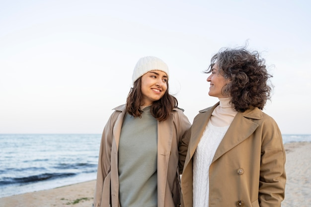 Moeder en dochter brengen samen tijd door op het strand