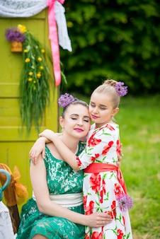 Moeder en dochter die cupcakes koken