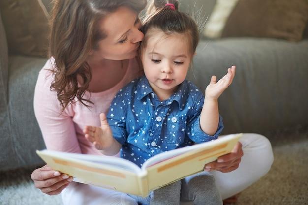 Moeder en dochter die een boek lezen