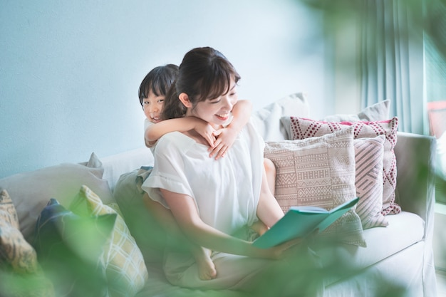 Moeder en dochter die een prentenboek lezen