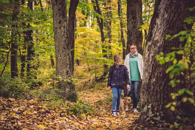 Moeder en dochter die in een bos wandelen