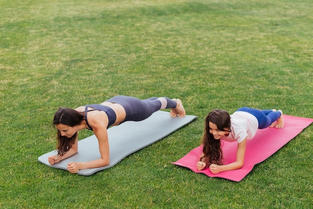 Moeder en dochter die in openlucht planking