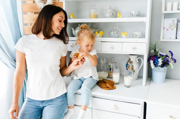 Moeder en dochter die koekjes bekijken