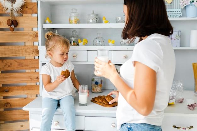 Moeder en dochter die koekjes eten
