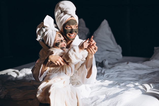 Moeder en dochter die maskers doen