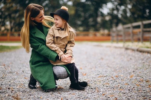 Moeder en dochter die rond de stal lopen