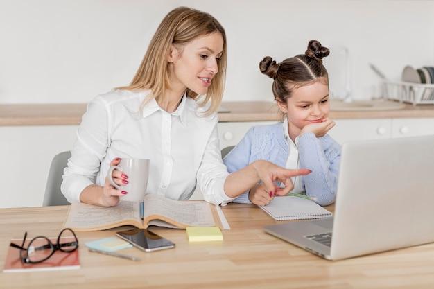 Moeder en dochter die samen klassen doen
